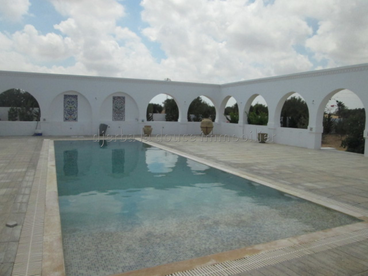 Une spacieuse villa avec piscine plus deux garages et studio à vendre à Mezraya Djerba