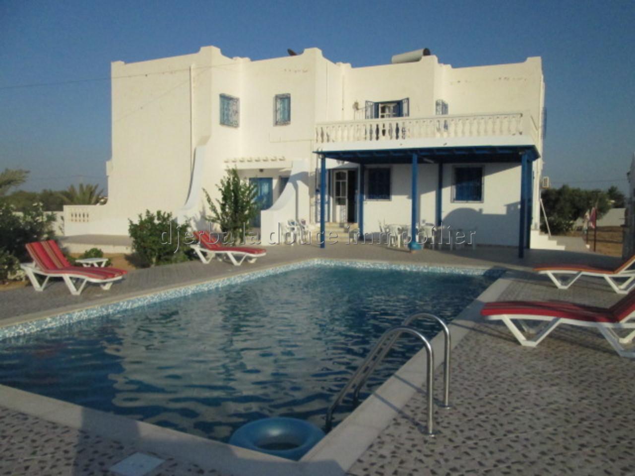 une hyper spacieuse maison s+6 avec piscine à louer à tézdaine Djerba pas loin de la mer