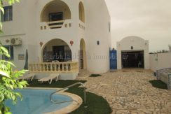 une spacieuse maison avec piscine à vendre en ZU au centre ville Midoun Djerba