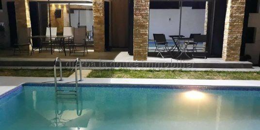 charmante villa meublé s+3 très haut standing avec piscine à mahboubine