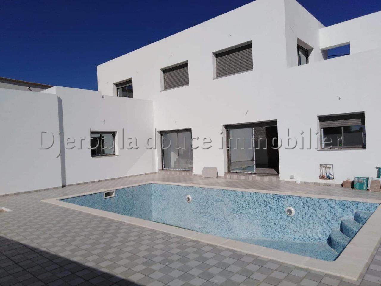 spacieuse villa haut standing avec piscine titre bleu route aghir _ Djerba