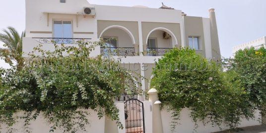 une belle ville avec piscine au zone touristique le phare  Djerba