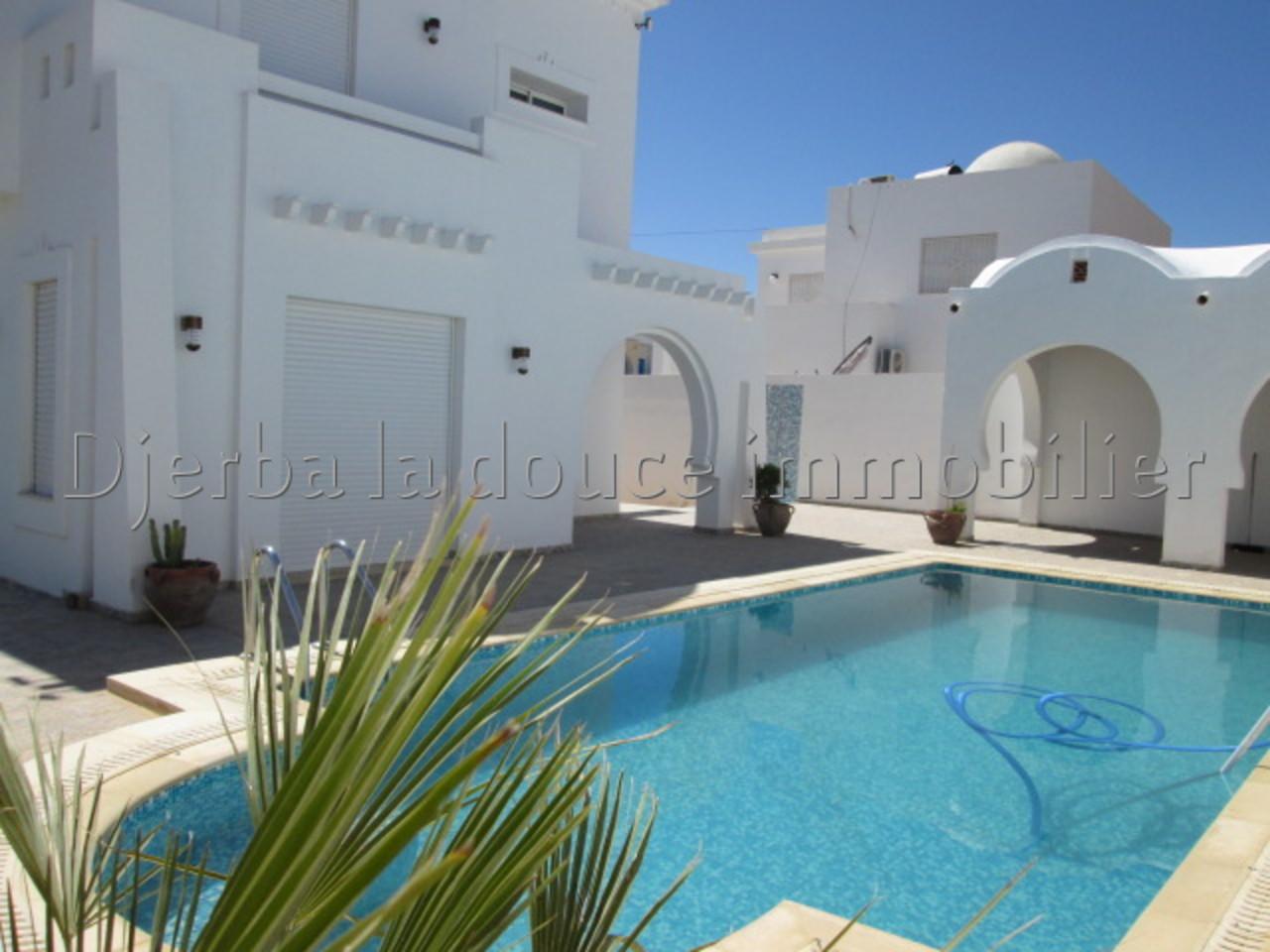Belle villa meublé  avec piscine s+3  a midoun