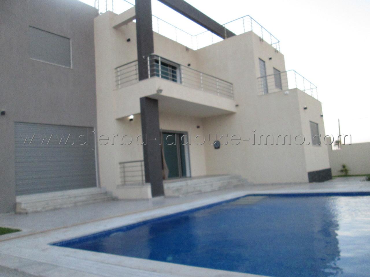 Villa récemment construite titré avec piscine très haute standing à vendre meublé à Tezdaine Djerba midoune
