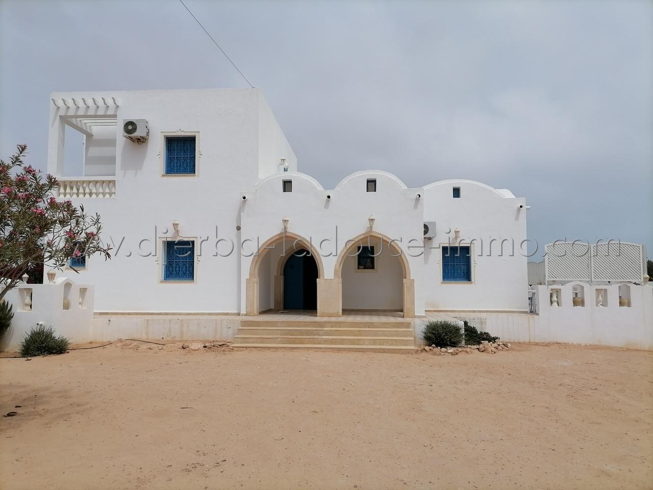 Une Villa meublée avec piscine proche de la plage à louer à Tezdaine – Djerba